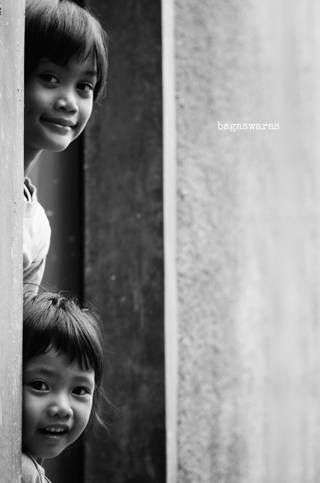 One more file from the old series. I ♡ them.  #family #monochrome #children #street  #photography