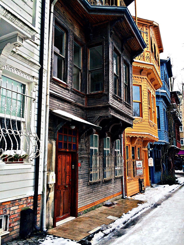 Gezgin ruhunuzu cumbalı evlerin renkli büyüsüne kaptırın!   #colorful #woodenhouse #street #urban #architecture #snow #winter #color #istanbul #kuzguncuk #simitçitahir #good #like #picsart #photography #dream #photooftheday #photo #art #love #emotions #edit #hdr #freetoedit #interesting #bright