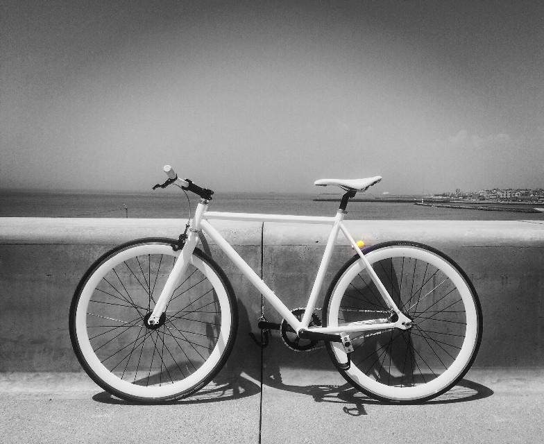 Fixie minimalism...⚪️⚫️  #bike #minimalism #photo #photography #blackandwhite #urbanart #getouthere